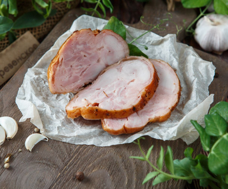 Рулет запеченный из мяса курицы с черносливом