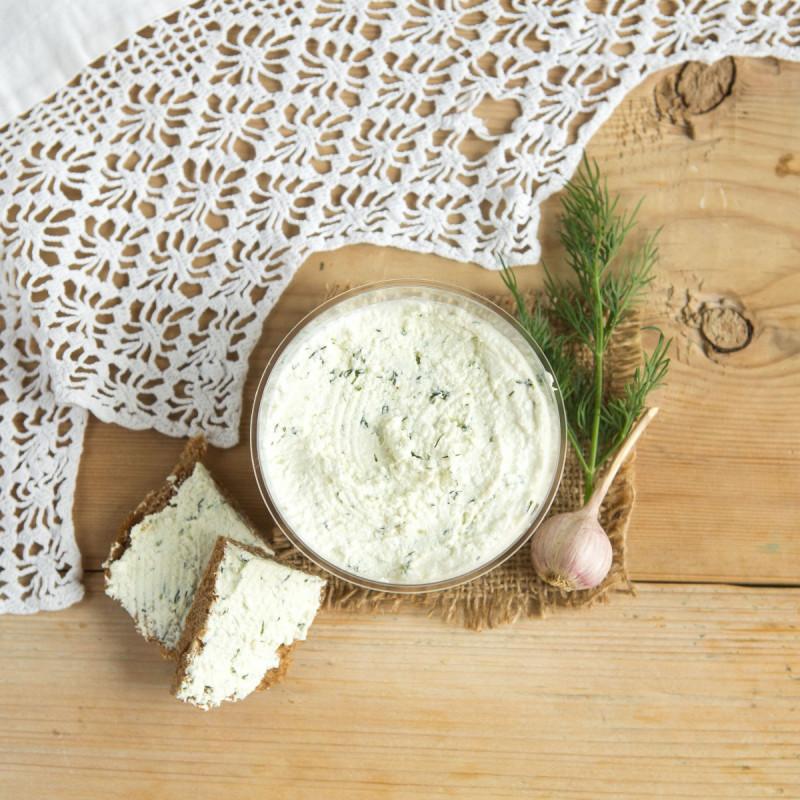 Крем творожный с чесноком и зеленьюНежный творожный продукт с чесноком и свежей зеленью. Творог обладает ярко выраженной, но приятной кислинкой, которая придает продукту пикантности. Отлично подойдет для бутербродов и канапе.<br><br>Вес г.: 200
