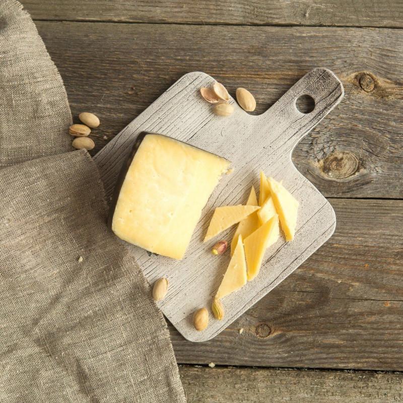 Сыр КарфиллиКарфилли – Сыр по традиционному рецепту Южного Уэльса как сыр для британских шахтеров, близкий родственник чеддера. Высокие питательные свойства этого сыра помогали и помогают вернуть силы. Текстура этого сыра закрытая, ломкая, плотная с небольшими «глазками» Вкус соленый, похож на пармезан средней выдержки, травянистый, с нотками цитруса. Отличный вариант для салата или сырной тарелки, этот сыр приятно yдивит любителей соленого.<br><br>Вес кус ( 240 г): 1