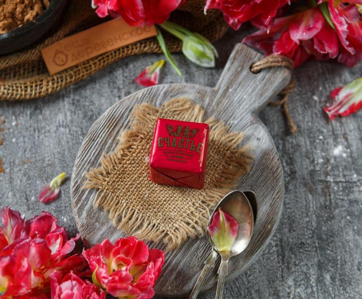 Конфета пралине с вишней и миндальным печеньем в темном шоколаде