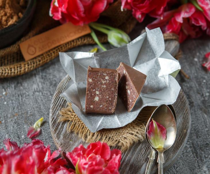Конфета пралине с кешью и розеллой в молочном шоколаде