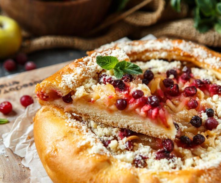 Пирог с яблоком, брусникой и клюквой