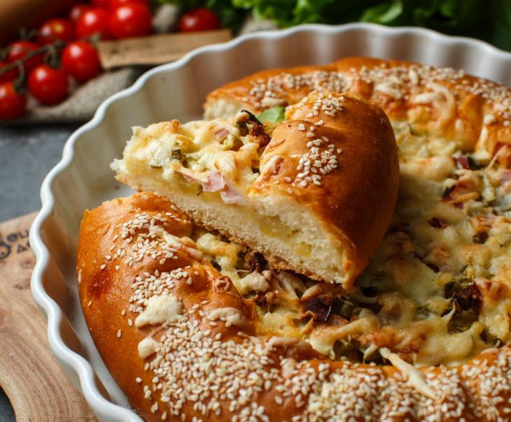 Пирог с картофелем, беконом и жаренным луком