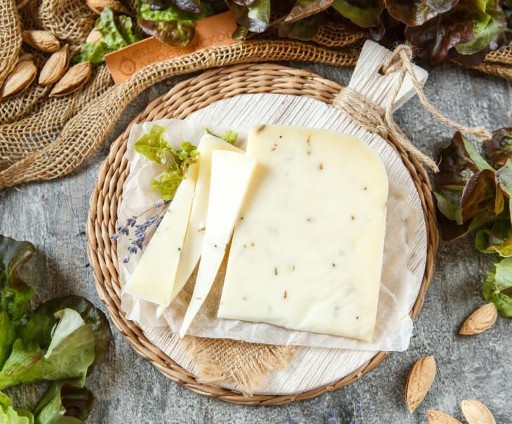 Сыр «Старый запас» с лавандой