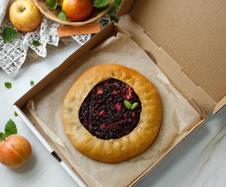 Пирог веганский из ц/з муки с яблоками и черникой