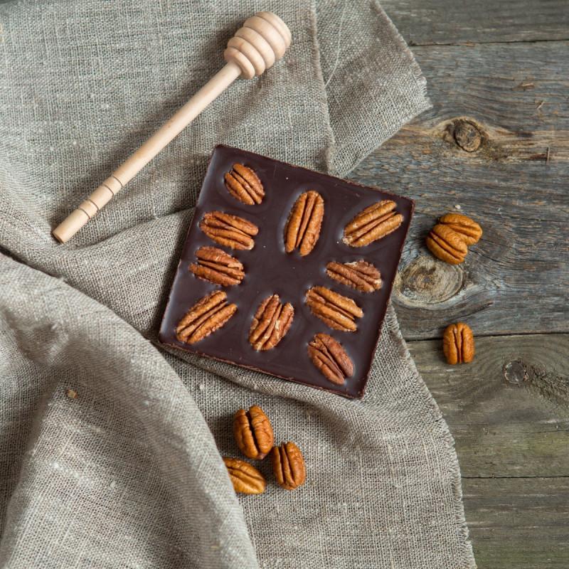 Шоколад ремесленный горький 72% с орехом пеканШоколад горький С орехом пекан – деликатесный сорт шоколада! Пекан нежно-сладкий и маслянистый орех. В составе шоколада он великолепен. В нём много антиоксидантов для бодрости вашего духа и тела. Красивый, вкусный и насыщающий шоколад!<br><br>Вес г.: 90