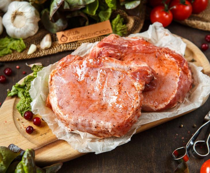 Стейк свиной на кости в брусничном маринаде