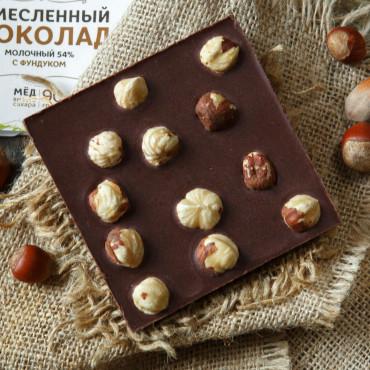 Шоколад молочный на меду 54% с фундуком