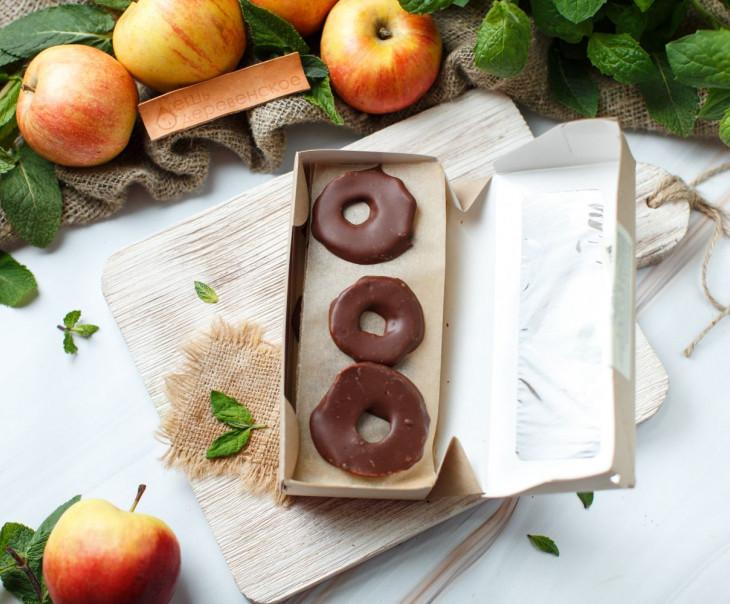 Яблочные сушеные колечки в молочном ремесленном шоколаде