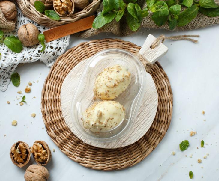 Десерт в белом шоколаде с грецкими орехами