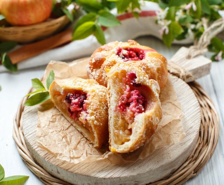 Пирожки с яблоком, брусникой и клюквой
