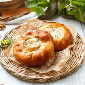 Ватрушка с творогом, изюмом и грецким орехом