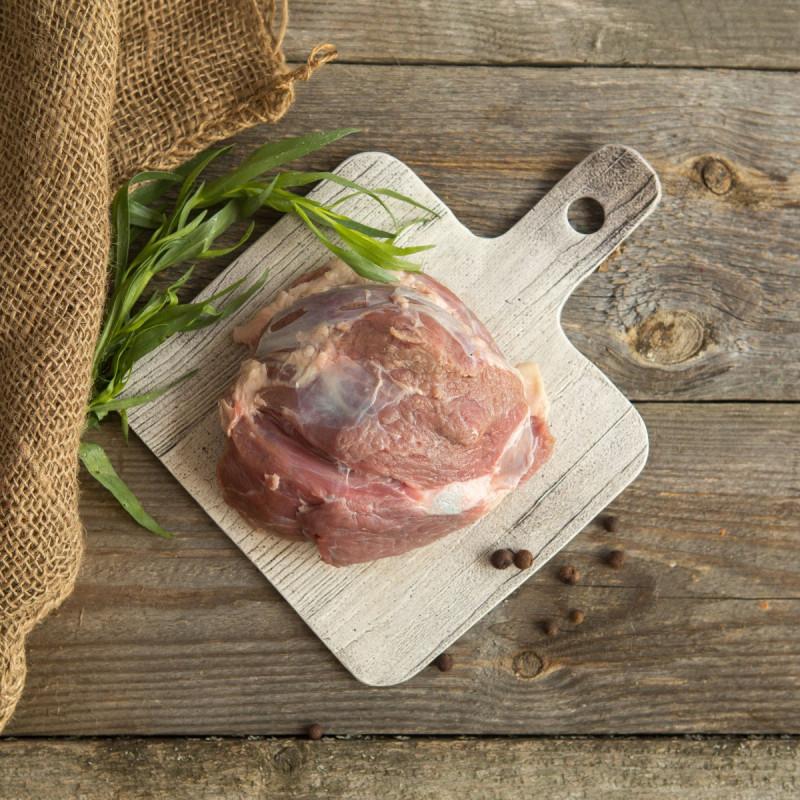 Свинина. Лопатка. МякотьСвиная лопатка без кости от Ешь Деревенское — это тонковолокнистое нежирное сорта мясо сорта премиум. Эта часть подходит для приготовления котлет, шашлыка, варки, тушения или запекания.<br><br>Вес г.: 500