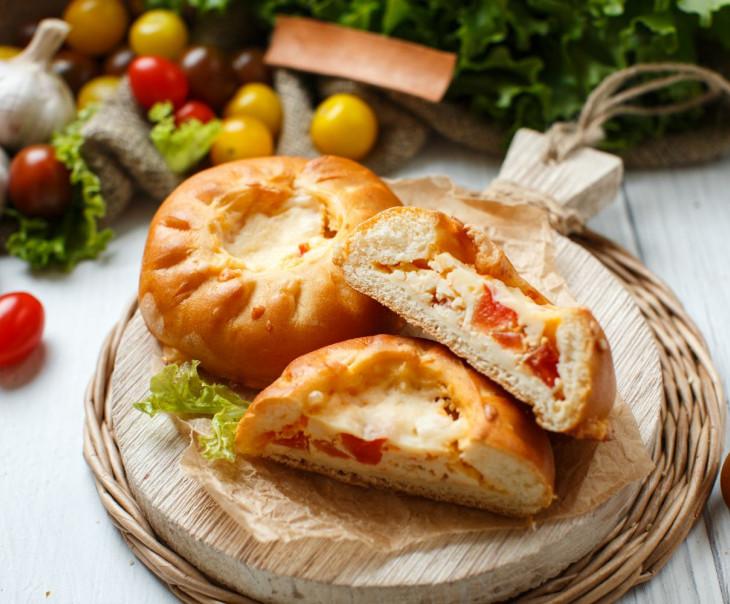 Пирожки с адыгейским сыром, помидором и чесноком