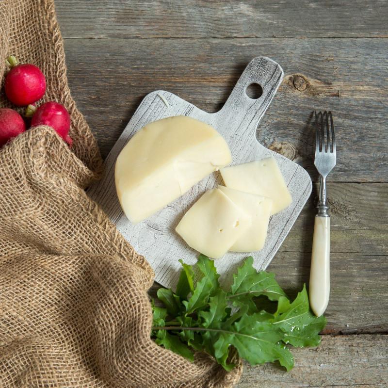 Сыр БольшеволжскийСтоловый сыр, со сроком вызревания 7-14 дней. Имеет полутвердую кремообразную текстуру, со сливочным, слегка сладковатым вкусом и тонкую плотную корку.<br><br>Вес г.: 230