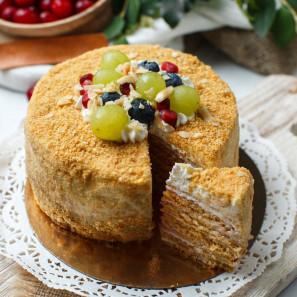 Торт Медовик с клюквой