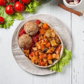 Митболы мясные с соусом и овощное рагу