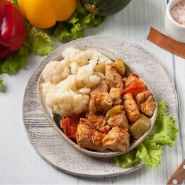 Индейка с овощами и отварная цветная капуста