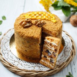 Торт Медовик с черносливом и грецкими орехами (маленький)