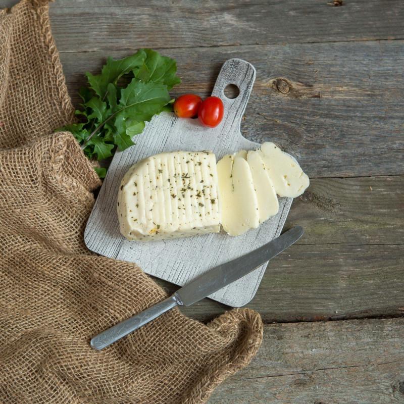 Халлуми для жаркиГреческий рассольный сыр из смеси коровьего и козьего молока, имеет выраженный вкус и достаточно солон. Обсыпан мятой. <br><br>Халуми можно жарить на гриле, как шашлык, и он точно так же, как кусок мяса, поджаривается, а не капает в огонь.<br><br>Вес г.: 300