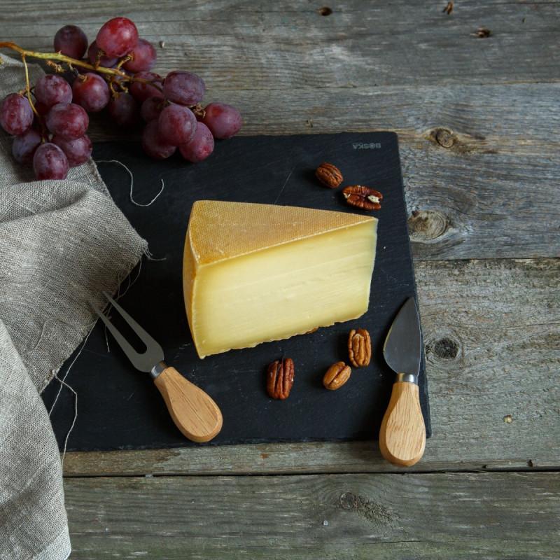 Сыр ГубернаторскийПолутвердый подмосковный сорт сыра. Сыр на каждый день. Хорошо идет на бутерброды, с кофе, в салаты, пиццу и другие блюда.<br><br>Вес г.: 330