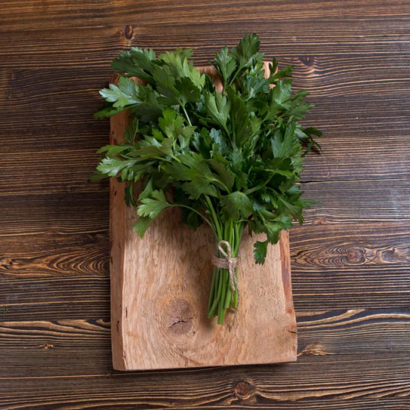 ПетрушкаАроматная и нарядная, яркая и витаминная — свежая петрушка от Ешь Деревенское добавит новый оттенок вкуса в ваши привычные блюда. Ее пряные зеленые листочки придадут Вашим блюдам не только вкус, но и пользу.<br><br>Вес г.: 50