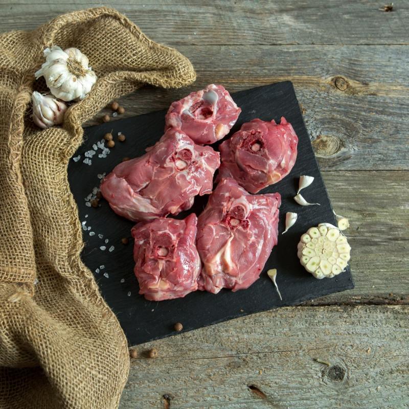 Баранина. Шея рубленаяНаш фермер Кирилл Останин держит поголовье баранов романовской породы, эта порода славится очень вкусным мясом. Шейная часть тушки отлично подойдет для тушения, запекания, из шейки получится сочный шашлык.<br><br>Вес г.: 750