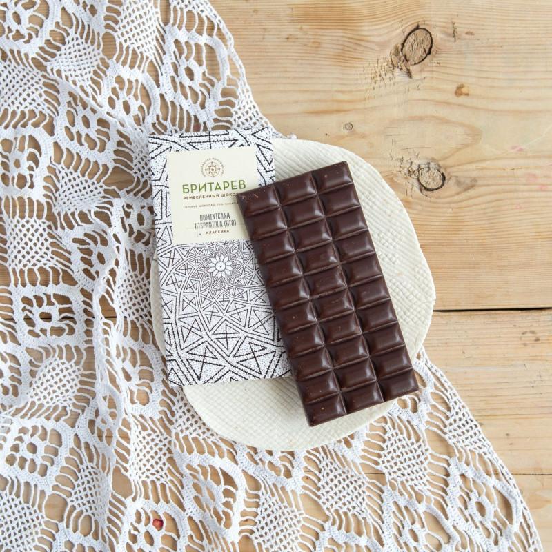 Шоколад ремесленный горький 70% от Константина БритареваКлассический горький 70% эквадорский шоколад  из ароматических какао-бобов сорта насиональ, с добавлением тростникового сахара. Изготавливается этот шоколад непосредственно из какао-бобов, перетирая их на каменном меланжере в течение 48 часов. Именно таким способом шоколатье XIX века готовили первые плитки шоколада. В ремесленном шоколаде просто по определению не может быть заменителей какао-масла, лецитина, искусственных ароматизаторов, эмульгаторов и прочих добавок. В состав классической плитки ремесленного шоколада «Бритарев» входят только какао-бобы (70%) и тростниковый сахар (30%). Глубокий и насыщенный вкус какао-бобов сорта насиональ отражает всю полноту истинного эквадорского шоколада.<br><br>Вес г.: 90