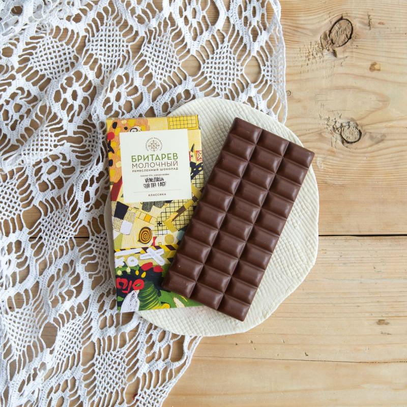 Шоколад ремесленный молочный 51% от Константина БритареваШоколад «БРИТАРЕВ»  изготавливается от какао-боба до конечной плитки на одной мануфактуре с полным контролем каждого этапа производства:  от ручного перебора, обжарки, и дробления какао-бобов до перетирания всех ингредиентов на каменном меланжере, темперирования шоколада и упаковки каждой плитки вручную.<br>В производстве молочного шоколада используются какао-бобы с лучших плантаций, высококачественное сухое молоко из солнечного Уругвая, ароматное какао-масло и нерафинированный тростниковый сахар Демерара из Колумбии. В шоколаде нет консервантов, эмульгаторов,  ароматизаторов, соевого лецитина и прочих промышленных добавок. Только натуральные ингредиенты! В плитке сохранены все полезные природные свойства какао-бобов. Этот шоколад отлично тонизирует и стимулирует активность мозга и всего организма, а также является источником природных антиоксидантов и антидепрессантов.<br><br>Вес г.: 90