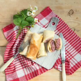 Блины с малиной и клубникой в соусе «Патисьер»