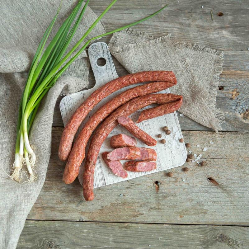 Колбаски тонкие из говядины и бараниныФермерские колбаски наполнят Вашу кухню ароматом копчености и чесночка, придадут любому перекусу пикантность. Колбаски уже готовы к употреблению, но также их можно добавить в салат и даже поджарить на сковороде. <br>Натуральный состав Вас приятно удивит.<br><br>Вес г.: 250