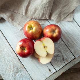 Яблоки деревенские зелено-красные