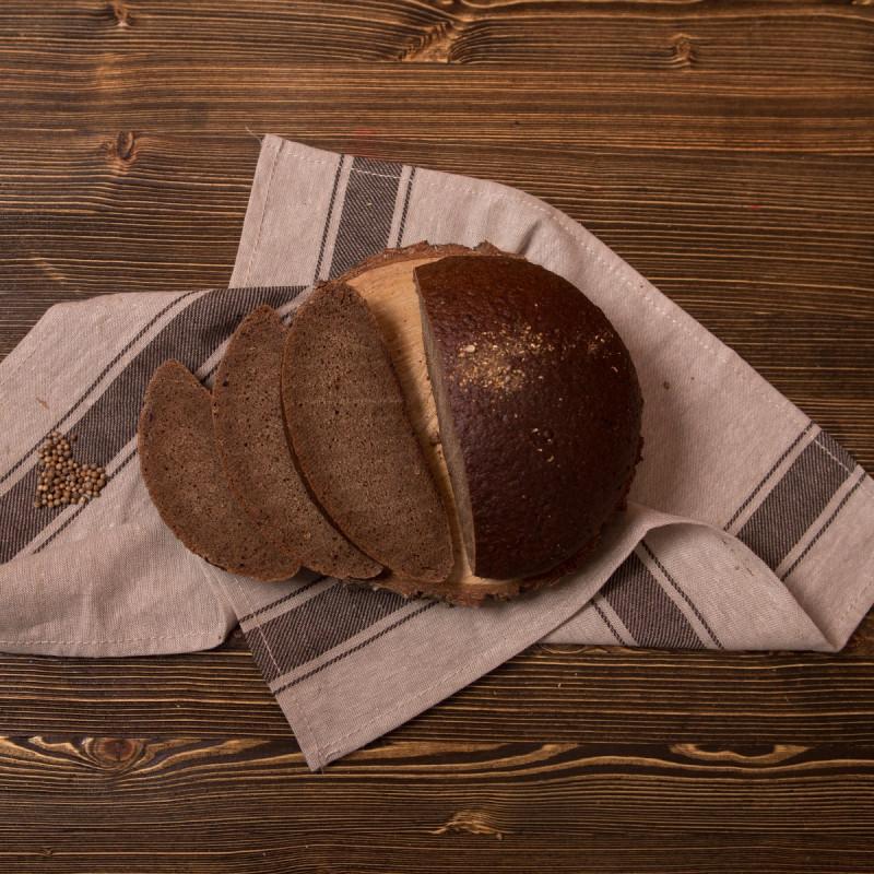 Хлеб БородинскийНаш бородинский хлеб отличается своей непривычной твердостью, он имеет очень плотную структуру, но в этом и заключается его изюминка и вкус!  А характерная посыпка из кориандра и тмина придает хлебу пикантность и аромат.<br><br>Вес г.: 610