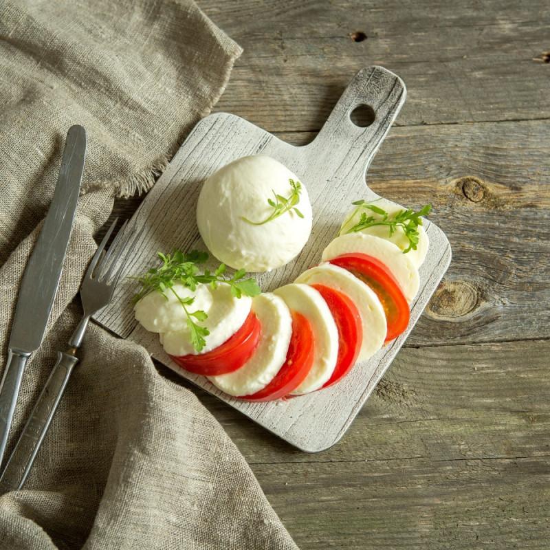 Сыр моцарелла от Александра БоковаТрадиционный итальянский сыр, относится к группе молодых сыров из тянущегося сырного зерна, быстрого созревания. <br><br>Используется для приготовления закусок, салатов, и как ингредиент ко вторым блюдам.<br><br>Вес г.: 350