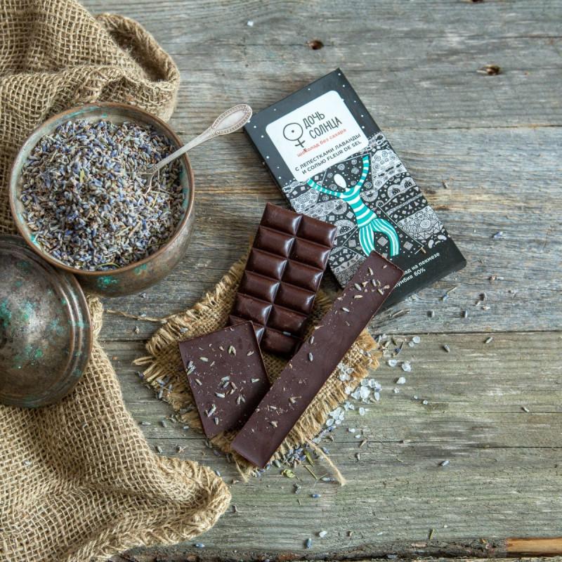 Шоколад на пекмезе с лепестками лаванды и сольюГорький шоколад на пекмезе «ДОЧЬ СОЛНЦА» —  полностью натуральный шоколад без сахара!<br>Это абсолютно новый, уникальный продукт, не имеющий аналогов на российском рынке.<br>Шоколад на пекмезе «ДОЧЬ СОЛНЦА» создан из первоклассных натуральных ингредиентов: колумбийских какао тертого и какао-масла, финикового пекмеза (фруктового сиропа без сахара), а также сушеных ягод и специй.<br><br>Вес г.: 70