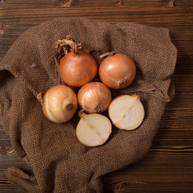 Лук репчатыйЛук - незаменимый овощ на любой кухне. С мясом и картофелем, в борще и супе, салате и просто так, вприкуску с бутербродом — лук добавит во многие блюда вкус и характерный аромат. <br>Овощи сортируются вручную, отбираются только ровные и свежие продукты.<br><br>Вес кг.: 1