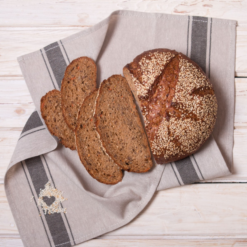 Хлеб ПосольскийЭтот хлеб необычайно вкусный: морковка придает яркий аппетитный оттенок, семена подсолнечника - пикантность, семена кунжута - неповторимый аромат, а семена льна несут пользу Вашему здоровью. Хлеб свежий и мягкий.<br><br>Вес г.: 550