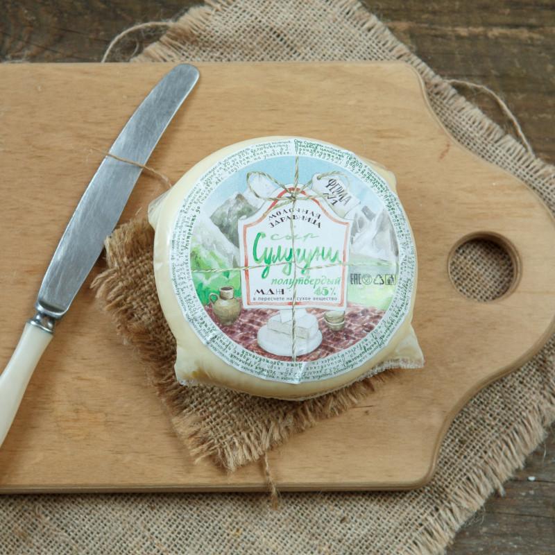 Сыр СулугуниСыр Сулугуни  ручной работы вырабатывается традиционными способом. Мы обучались особенностям изготовления этого сыра  у грузинских сыроделов.<br><br>Вес г.: 400