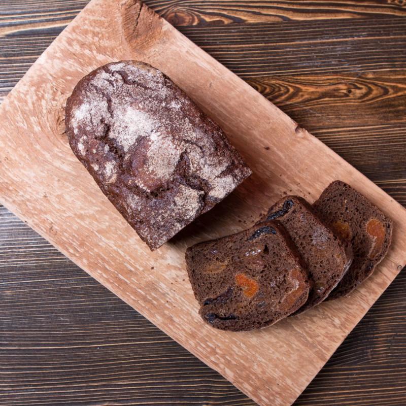 Хлеб ШварцбротШварцброт - в переводе с немецкого - чёрный хлеб, но наш домашний хлеб совсем не черный, а очень необычный! Он имеет плотную структуру и корочку, которая сохраняет аромат и сочность сухофруктов: чернослива, изюма и кураги.<br><br>Вес г.: 470