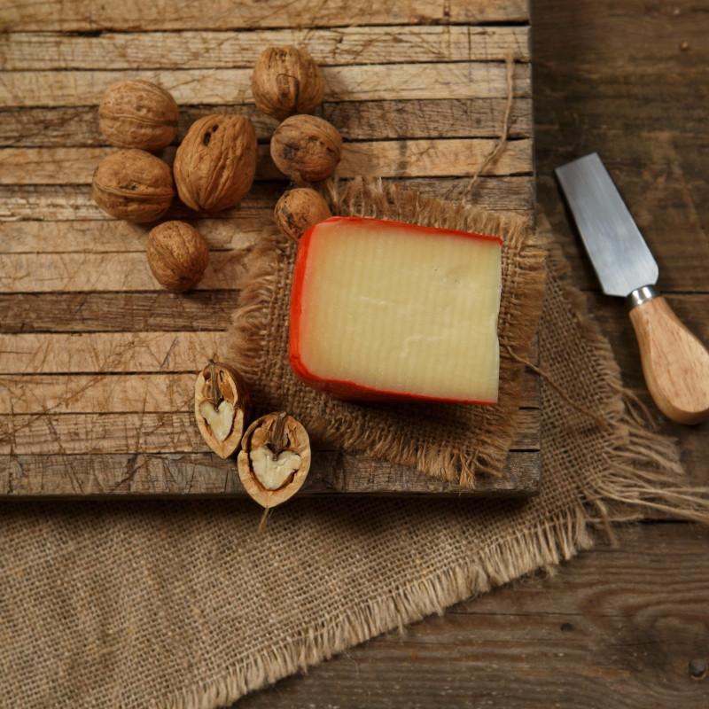 Сыр ЭмментальЭмменталь - традиционный швейцарский сыр. Имеет пикантный, пряный сладковатый вкус. Для него характерны крупные полости из-за особенностей процесса его изготовления.<br><br>Вес г.: 150
