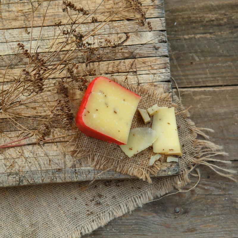 Сыр Эмменталь с черным тмином от Максима СеливановаЭммента?ль с чёрным тмином - традиционный швейцарский сыр. Имеет пикантный, пряный сладковатый вкус; для него характерны крупные полости из-за особенностей процесса его изготовления.<br><br>Вес г.: 150