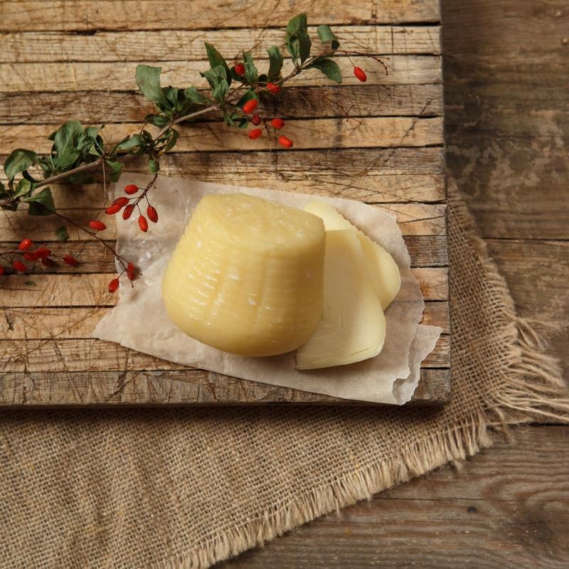 Сыр Проволоне пониженной жирностиПолутвердый сыр пониженной жирности, с нежной волокнистой текстурой и мягким сливочным вкусом. Отлично подойдет для бутербродов, простых и горячих, в овощные салаты и просто полакомиться.<br><br>Вес г.: 220